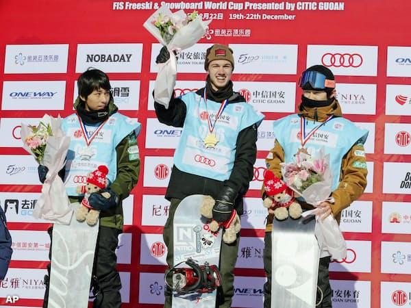 中国で開かれたスノーボードW杯ハーフパイプ男子で2位に入った平野流佳(左)と3位の戸塚優斗=右(21日、張家口・密苑)AP