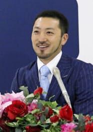 契約更改交渉後に記者会見する広島の菊池涼介内野手(21日、マツダスタジアム)=共同