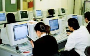 インターネットは学生の就活の必需品となった。(2003年、都内の大学)