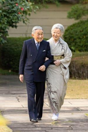 皇居内を歩く天皇、皇后両陛下(10日、皇居・宮殿の南庭)=宮内庁提供