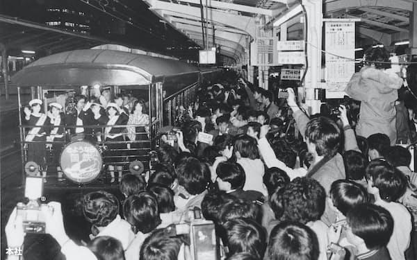 1987年3月31日の国鉄最後の日に鉄道ファンや報道陣でごった返す東京駅