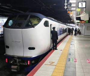 新大阪駅に着いた特急「はるか」。大阪駅は経由していない