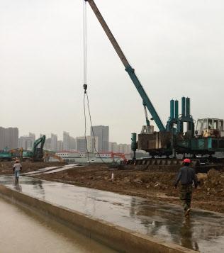 中国はインフラ投資など財政出動を拡大する(江蘇省蘇州市の工事現場)