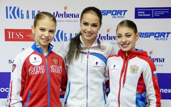 フィギュアスケートのロシア選手権女子SPで首位に立ったアリーナ・ザギトワ(中央)、2位のアレクサンドラ・トルソワ(左)、3位のアリョーナ・コストルナヤ(21日、サランスク)=共同