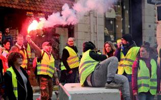 マクロン政権に抗議する「黄色いベスト」デモの参加者(18日、仏南西部ビアリッツ)=AP