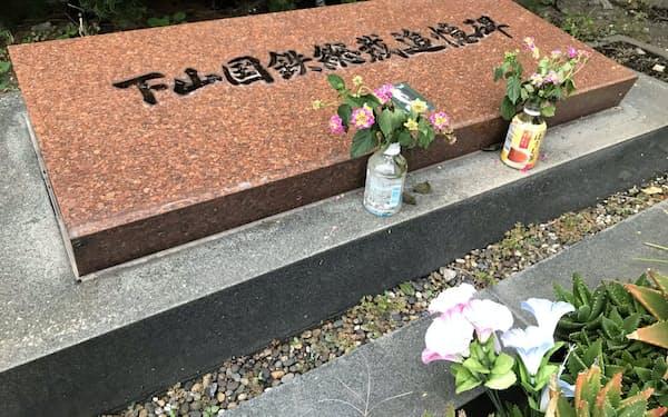 花が手向けられた下山国鉄総裁追憶碑(東京都足立区)