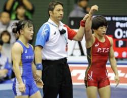 女子50キロ級準決勝で入江ゆき(右)に敗れた登坂絵莉(22日、駒沢体育館)=共同
