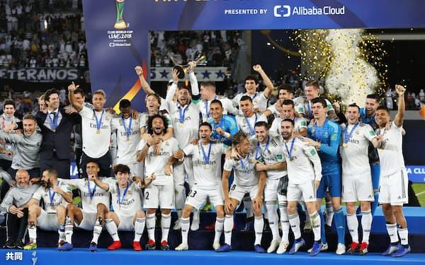 アルアインを下して3連覇を飾り、喜ぶレアル・マドリードイレブン(22日、アブダビ)=共同
