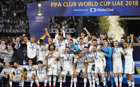 アルアインを下して3連覇を飾り、喜ぶレアル・マドリードのイレブン=共同