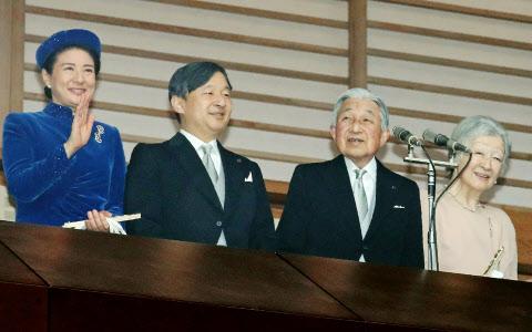 天皇陛下「明るい年となるよう」 一般参賀に最多8.2万人: 日本経済新聞