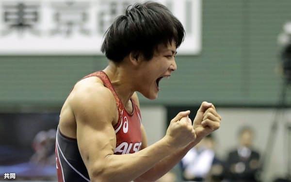 レスリング全日本選手権女子57キロ級決勝で川井梨紗子(手前)を破り、復活優勝を遂げた伊調馨(23日、東京都世田谷区の駒沢体育館)=共同