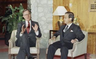 ブッシュ米大統領(左)と会談する海部首相(1990年3月2日、米パームスプリングス)=AP