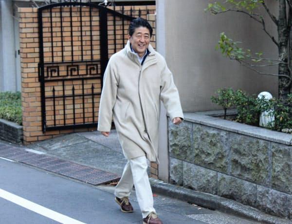 私邸周辺を散歩する安倍首相(24日)