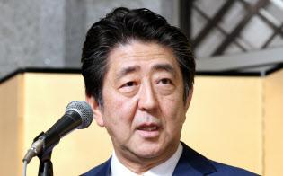 年末エコノミスト懇親会であいさつする安倍首相(5日、東京都港区)