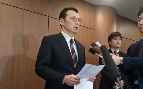 韓国側との協議後、記者の質問に応じる金杉外務省アジア大洋州局長(24日、ソウル)