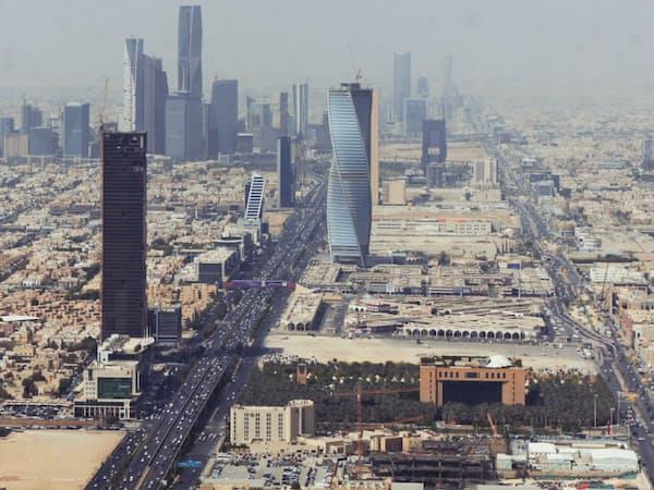 サウジアラビアの首都リヤドで建設中の「アブドラ国王金融特区」(写真左上のビル群)