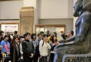 カイロの考古学博物館を見学する高校生ら(24日)=共同