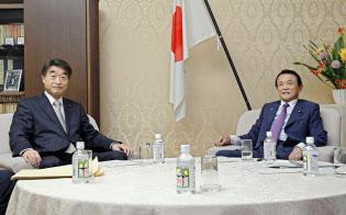 麻生太郎財務相(右)と根本匠厚労相(左)は、社会保障関係費の実質的な増加を4800億円にとどめることで合意した(17日の閣僚折衝、財務省内)=共同