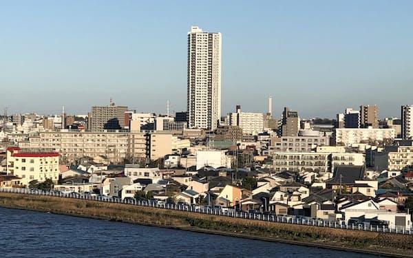 中川沿いに木造住宅が立ち並ぶ東京都葛飾区の新宿地区