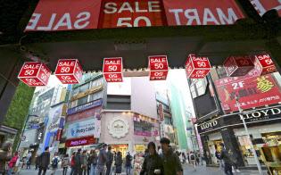 韓国は最低賃金の大幅引き上げで逆に雇用情勢への懸念が強まり、消費者心理も冷え込む(18年10月、ソウル市内の商店街)=AP