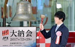 日本は6年連続の株高が続いてきたが…(2017年の大納会に招かれ打鐘する囲碁の井山裕太七冠)
