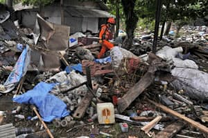 25日、インドネシア・ジャワ島西部で被害者の捜索にあたる救助隊員=ロイター・アンタラ通信