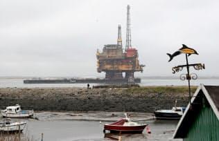 ロイヤル・ダッチ・シェルは株主の年金から「脱石油」を強く迫られている(シェルの北海油田基地=ロイター)