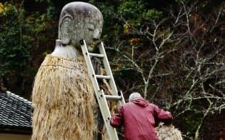 平地地蔵は冬の間、蓑と頭巾を着せられる