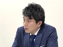 記者会見するベルトラの二木渉社長(25日、東証)