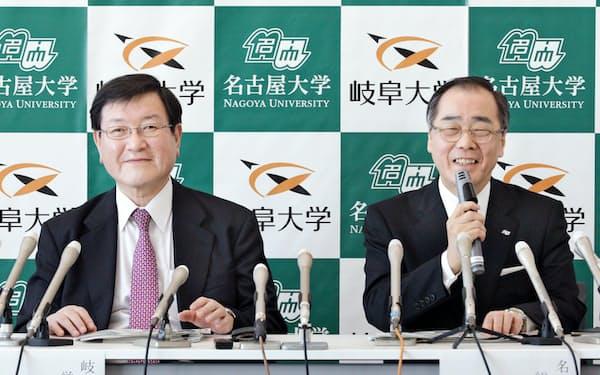 記者会見する名大の松尾学長(右)と岐阜大の森脇学長(25日、名古屋市)