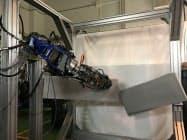 油圧で動くロボットはコンクリート板をひと突きで割った