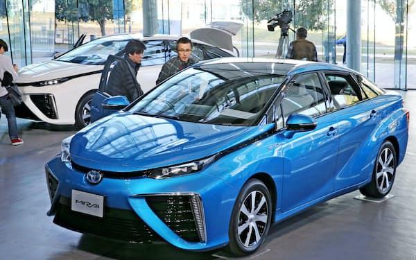 水素を燃料に走るトヨタの燃料電池車「ミライ」