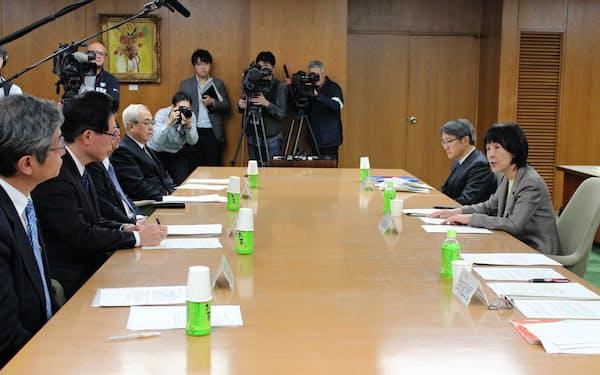 北海道と沿線自治体によるJR北への財政支援を表明する高橋はるみ知事(右)=札幌市、24日