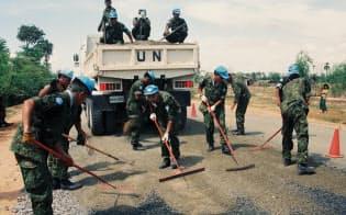 カンボジアPKOで作業する自衛隊(内閣府提供)