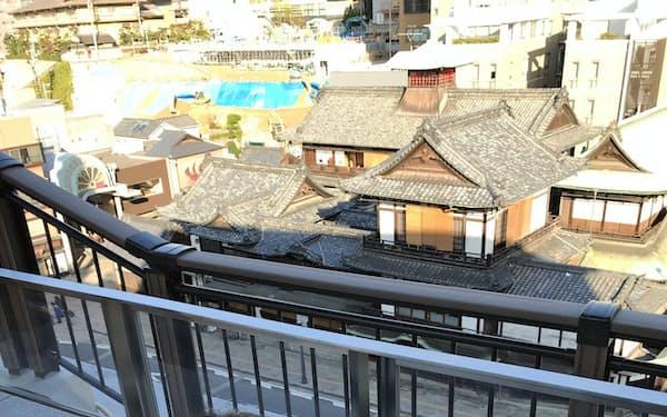 道後温泉本館を見下ろす高台に足湯を設置した(25日、松山市)
