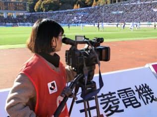 テレビ局など報道陣と肩を並べてゴール裏から試合の動きを追い続ける