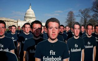 個人情報の管理より利益を優先するフェイスブックの経営には批判が高まっている(米議会前に並べられた同社ザッカーバーグCEOの複製)=ロイター