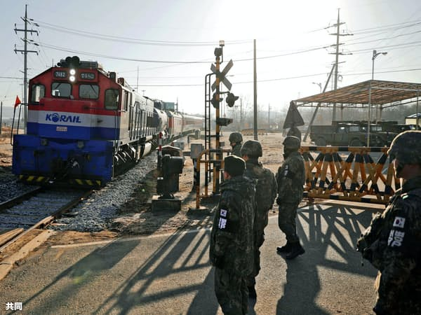 11月30日、鉄道施設の調査のため韓国調査団を乗せた列車が北朝鮮に向かった=共同