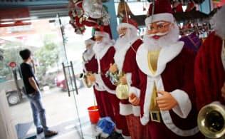 8万店がひしめく中国の卸売市場、義烏国際商貿城は長年、クリスマス向け商品を仕入れる海外の小売業者を引きつけてきた=ロイター