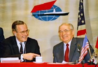 1989年12月、マルタで共同記者会見したブッシュ米大統領(左)とゴルバチョフ?ソ連共産党書記長=AP