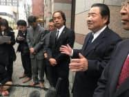 質問に答える日田市自治会連合会の井上営吉会長(福岡市、右から2人目)