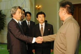 首脳会談を前に握手を交わす北朝鮮の金正日総書記(右)と小泉首相(平壌の百花園迎賓館)