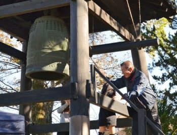 大沢寺は除夜の鐘を昼に突く(2016年12月31日、静岡県牧之原市)