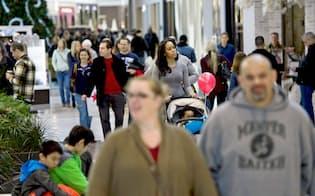 買い物客でにぎわうショッピングモール(8日、ペンシルベニア州)=ロイター