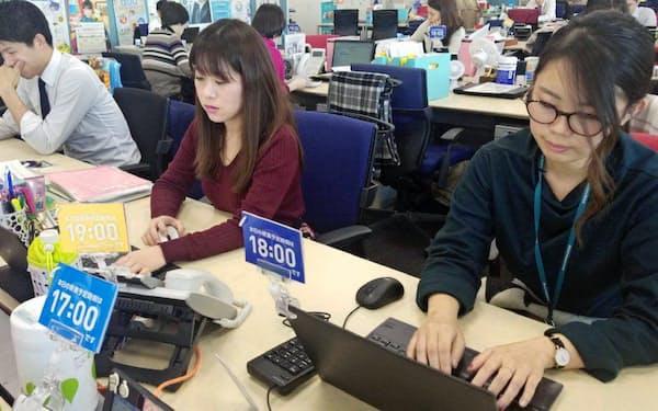 三井住友海上火災保険は残業を減らすため、社員が退社時間を宣言するカードを机のうえに立てる(東京都千代田区)