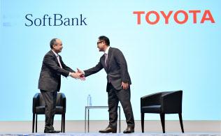 記者会見で握手するトヨタ自動車の豊田社長(右)とソフトバンクグループの孫正義会長兼社長