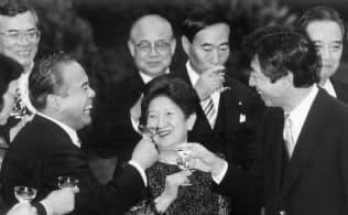 細川内閣発足、乾杯する細川首相(右)新閣僚(93年8月、首相官邸)