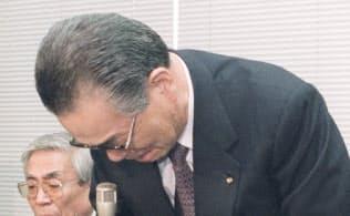 自主廃業発表の記者会見で質問に答えながら涙を見せる山一証券の野沢正平社長(1997年11月24日、東京・日本橋兜町の東京証券取引所)