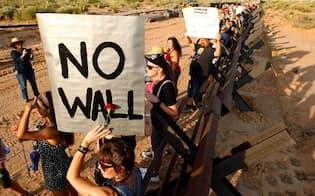 トランプ大統領はメキシコ国境に壁を建設しようと躍起だが、アジア系移民の急増で的外れな政策と受け止められるようになるかもしれない=ロイター