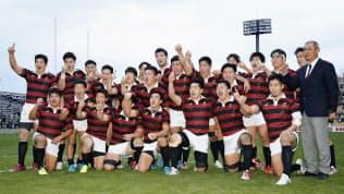 関東大学リーグ対抗戦で帝京大と並んで同時優勝を果たし、喜ぶ早大フィフティーン。8年ぶりの制覇となった(2日)